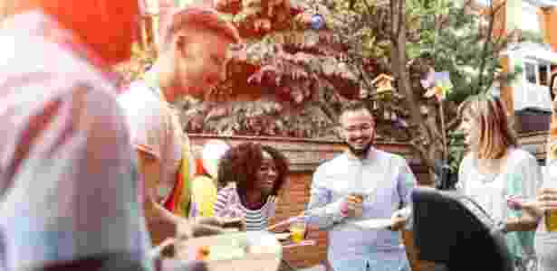 Pesquisadora americana encontrou levantamentos mostrando que solteiros costumam cultivar mais amizades e mais autonomia do que os casados - Getty Images