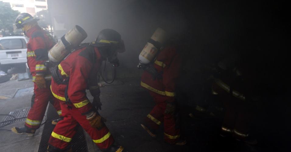 30.jul.2017 - Bombeiros trabalham para apagar fogo em uma delegacia de polícia