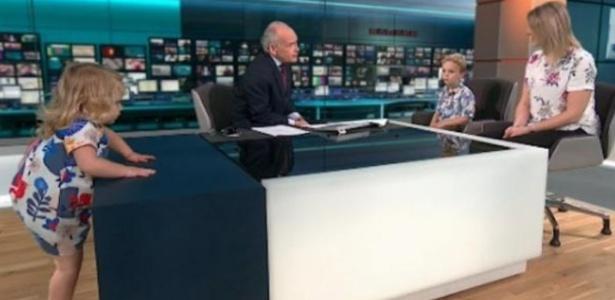 Garota invadiu o estúdio de TV e subiu na bancada durante programa de TV ao vivo - Reprodução/Twitter@ITV News