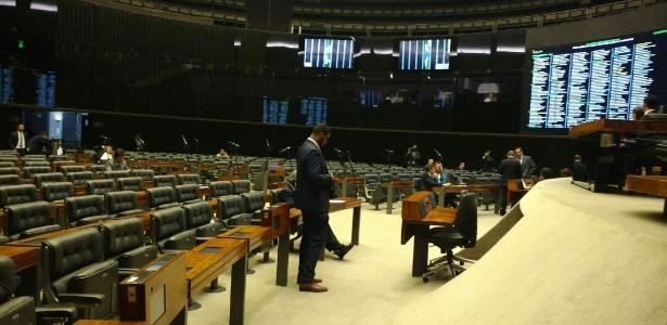 Com plenário quase vazio, parecer que rejeita denúncia contra Temer é lido na Câmara