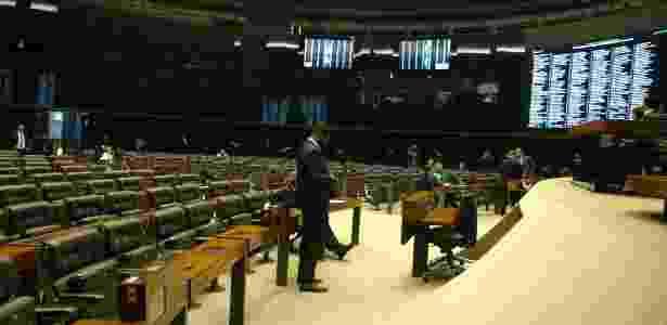 Com plenário quase vazio, parecer que rejeita denúncia contra Temer é lido na Câmara - Gustavo Maia/UOL