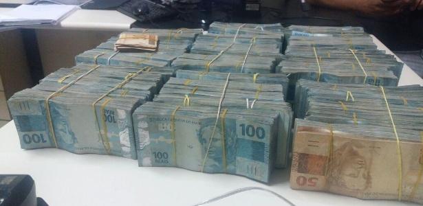 Durante a contagem das cédulas, os policiais constataram que havia mais de R$ 850 mil
