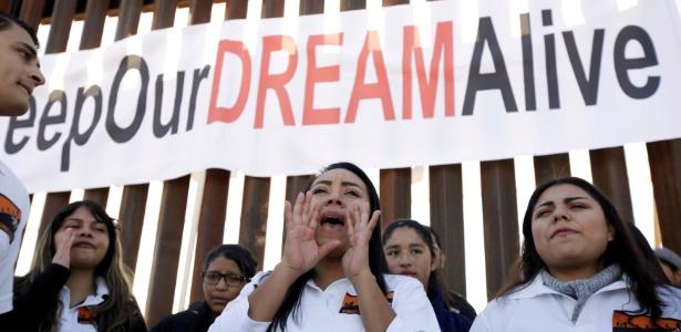 """""""Dreamers"""", jovens que foram levados ao EUA ilegalmente na infância, protestam contra Trump na fronteira com México em Sunland Park, nos Estados Unidos"""