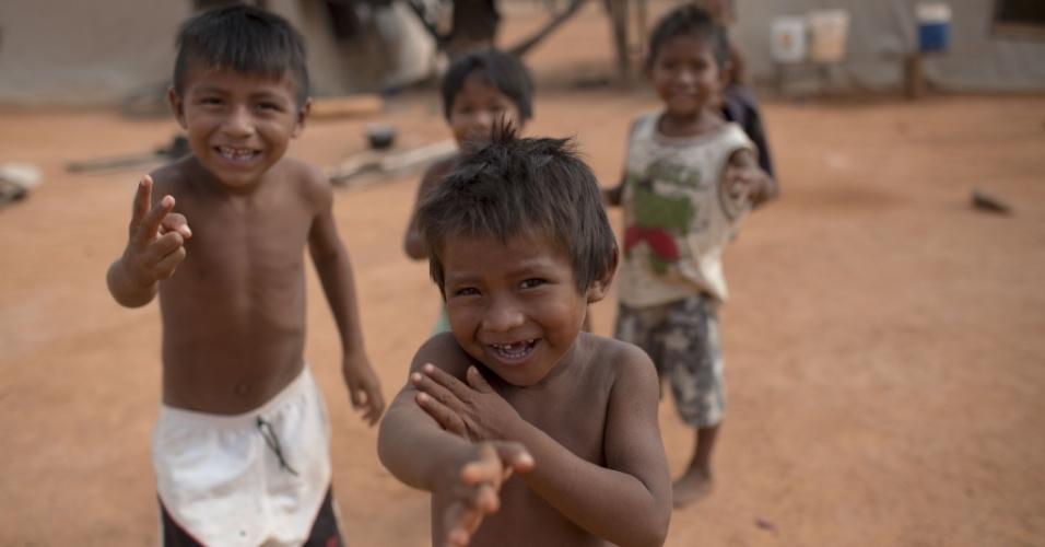 24.fev.2018 - Crianças refugiadas venezuelanas brincam com as câmeras em Boa Vista, Roraima