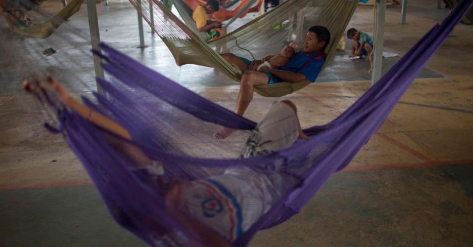 24.fev.2018 - Refugiados venezuelanos descansam em redes no abrigo de Boa Vista, Roraima