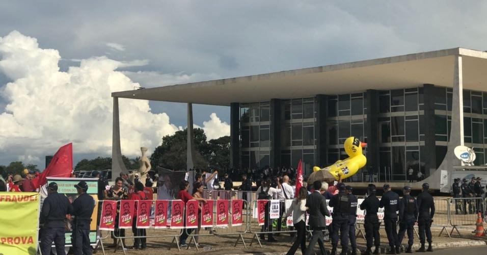 22.mar.2018 - Protesto no STF tem pixuleco assediado e provocações entre manifestantes