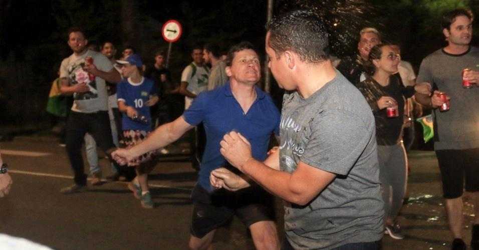 8.abr.2018 - Manifestante anti-Lula (de azul) e apoiador de Lula se envolvem em confusão na frente da Superintendência da Polícia Federal em Curitiba