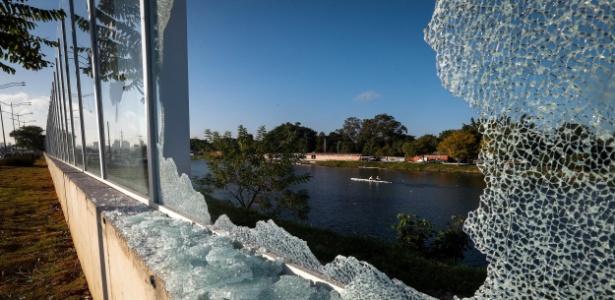 Parte do muro de vidro amanheceu quebrada  - Felipe Rau/Estadão Conteúdo
