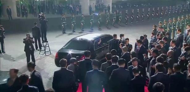 De carro, Kim Jong Un acena ao deixar a vila de Panmunjom após encontro histórico entre as duas coreias