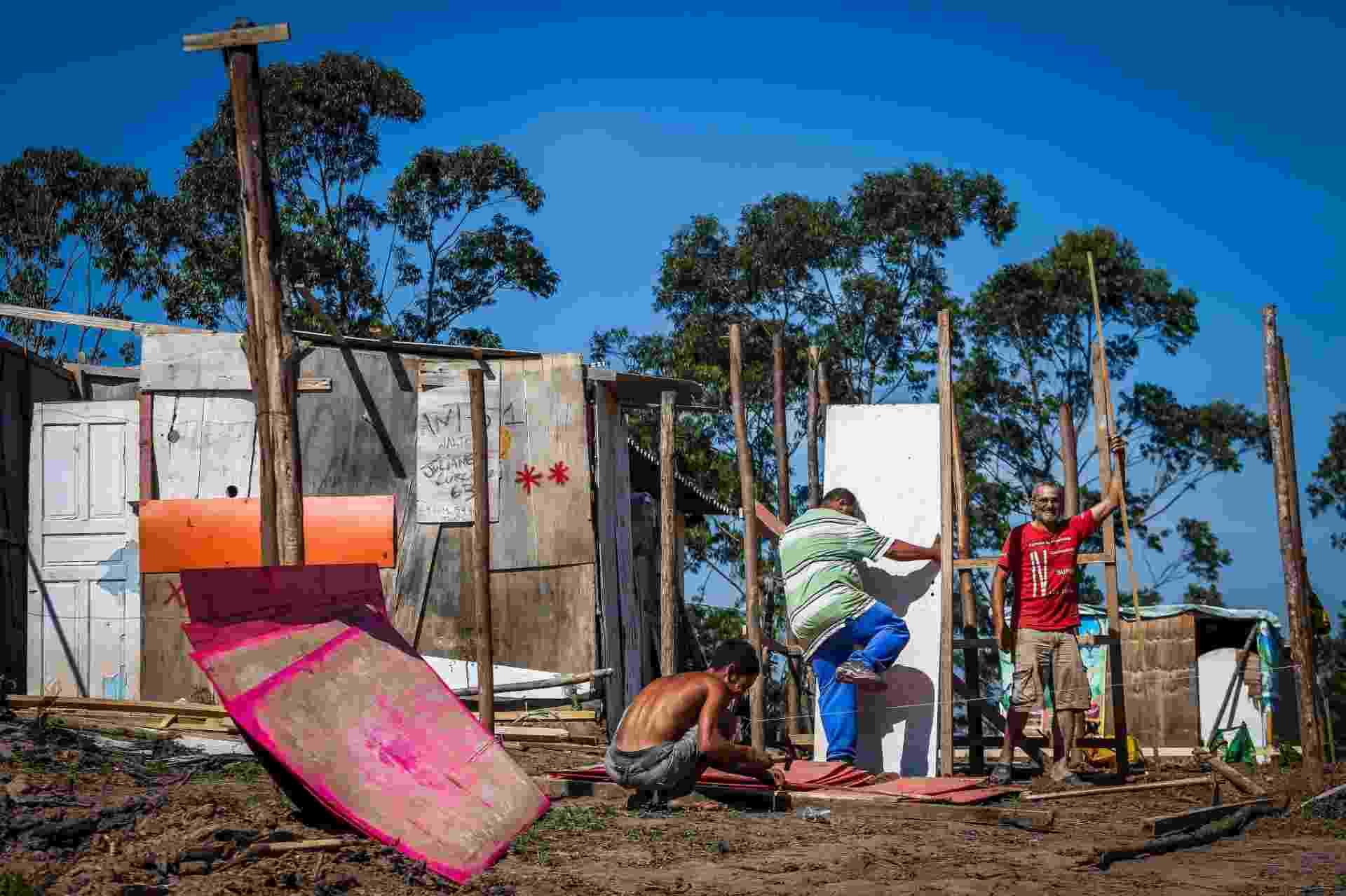 10.mai.2018 - Homens montam barraco de madeira em morro que vem sendo ocupado desde outubro, no Iguatemi, no extremo leste - Edson Lopes Jr./UOL