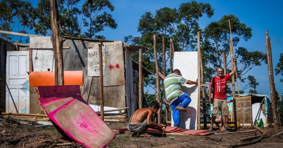 10.mai.2018 - Homens montam barraco de madeira em morro que vem sendo ocupado desde outubro, no Iguatemi, no extremo leste
