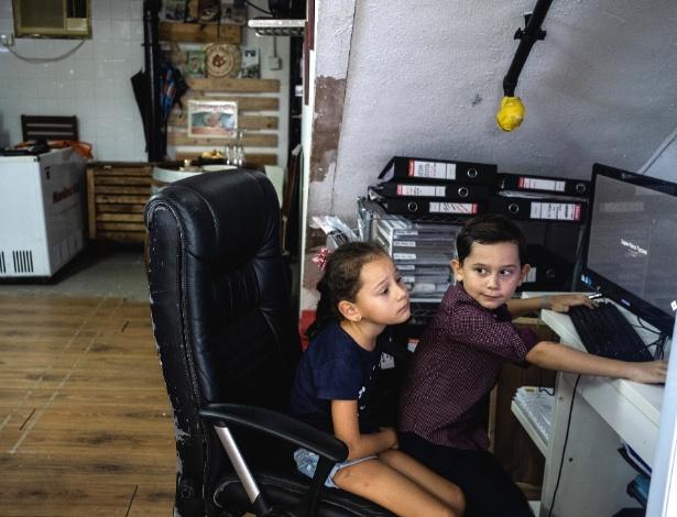 Vicente e Florencia Runciman, gêmeos de 6 anos de idade, fazem parte de um grupo crescente de estudantes não asiáticos que frequentam escolas públicas  em Hong Kong - Lam Yik Fei/The New York Times