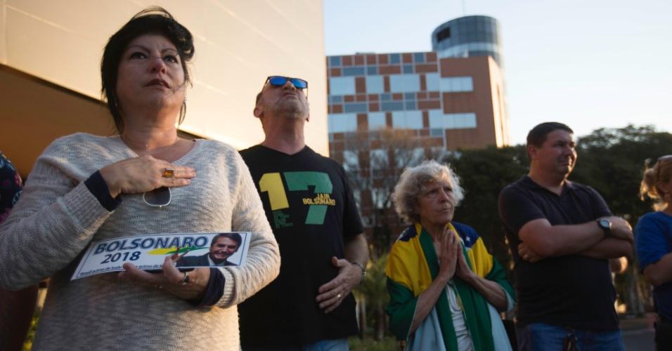 7.set.2018 - Apoiadores do candidato Jair Bolsonaro (PSL) fizeram uma roda de orações em frente ao Hospital Israelita Albert Einstein na tarde desta sexta-feira
