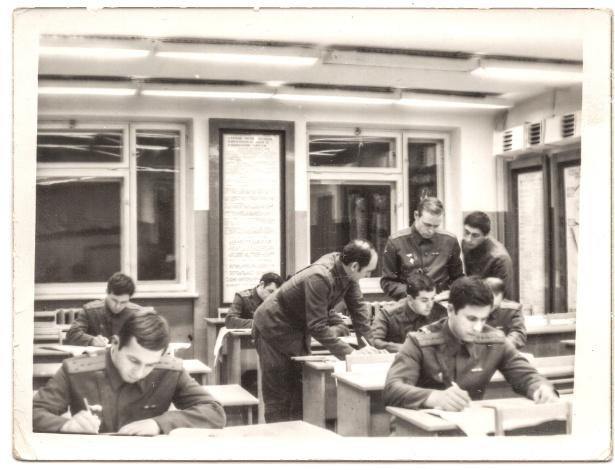 Sergei Skripal, no canto inferior esquerdo, na Academia Militar Soviética, em 1975