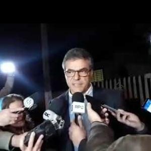 15.set.2018 - Beto Richa fala com jornalistas ao deixar prisão no Paraná