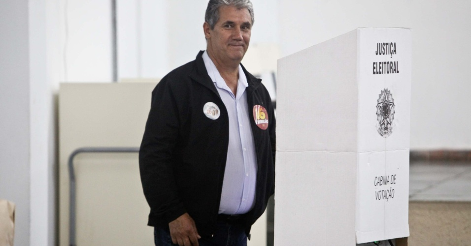 O candidato ao governo do estado de São Paulo, Toninho Ferreira (PSTU), vota na escola Joaquim Meirelles em São José dos Campos (SP)