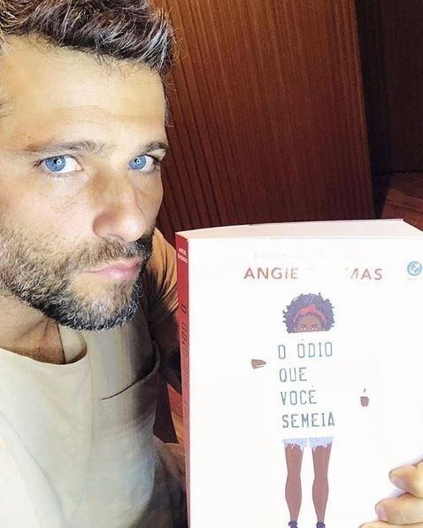 28.out.2018 - O ator Bruno Gagliasso leva livro para votar no Rio de Janeiro (RJ)