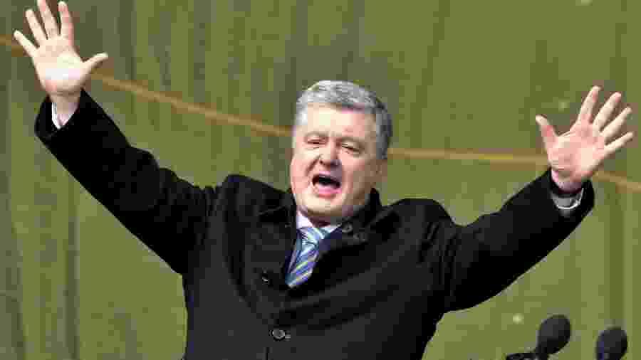 Petro Poroshenko cumprimenta seus partidários em Kiev. As eleições presidenciais ucranianas estão previstas para o dia 31 de março - Sergei SUPINSKY / AFP