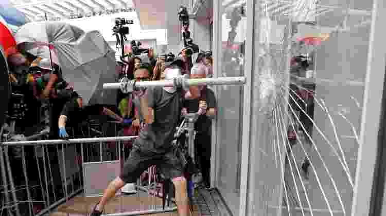 Manifestantes tentam entrar na sede do Parlamento de Hong Kong - Tyrone Siu/Reuters