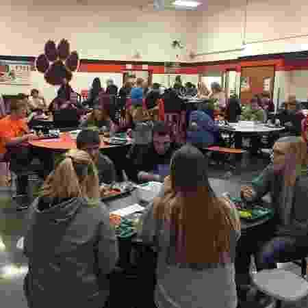 Estudantes participam de rodas de conversa sem uso do celular em colégio dos EUA - Reprodução/KCRG