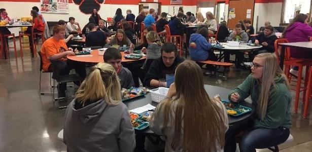Escola nos EUA | Diretora cria almoço sem celular para alunos se conhecerem
