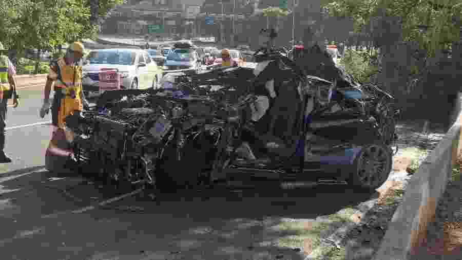 Acidente envolvendo um carro de luxo Porsche Cayenne interrompe o trânsito na ponte Cidade Jardim - MARIO ÂNGELO/SIGMAPRESS/ESTADÃO CONTEÚDO