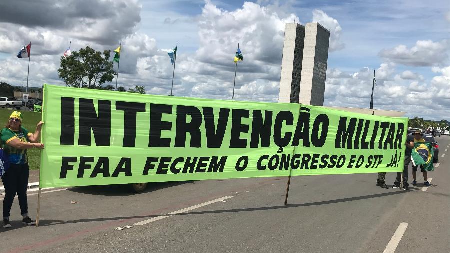 Faixa pede intervenção militar durante manifestação a favor de Bolsonaro em 2020 - Felipe Pereira