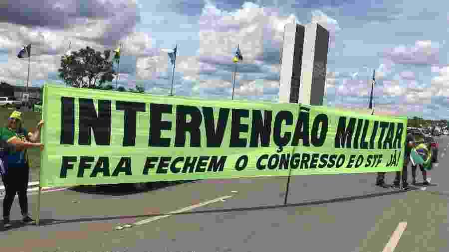 15.mar.2020 - Faixa pede intervenção militar durante manifestação a favor de Bolsonaro - Felipe Pereira