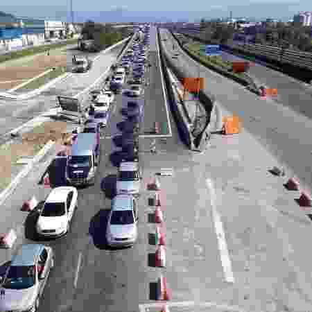 Fila de veículos na entrada de Santos durante feriados antecipados na semana passada na capital - Divulgação/Prefeitura de Santos