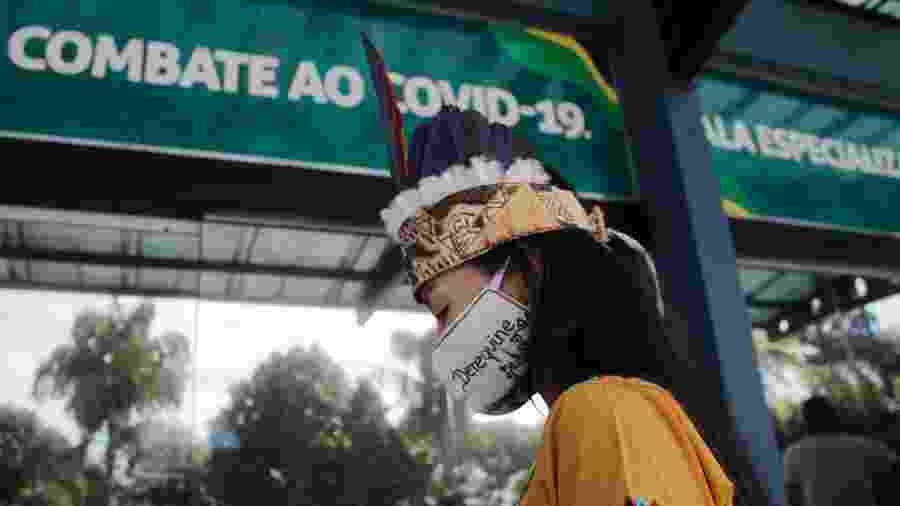 Mulher chega ao hospital de campanha Nilton Lins, em Manaus (AM), que tem uma ala específica para atendimento a indígenas - SANDRO PEREIRA/FOTOARENA/FOTOARENA/ESTADÃO CONTEÚDO