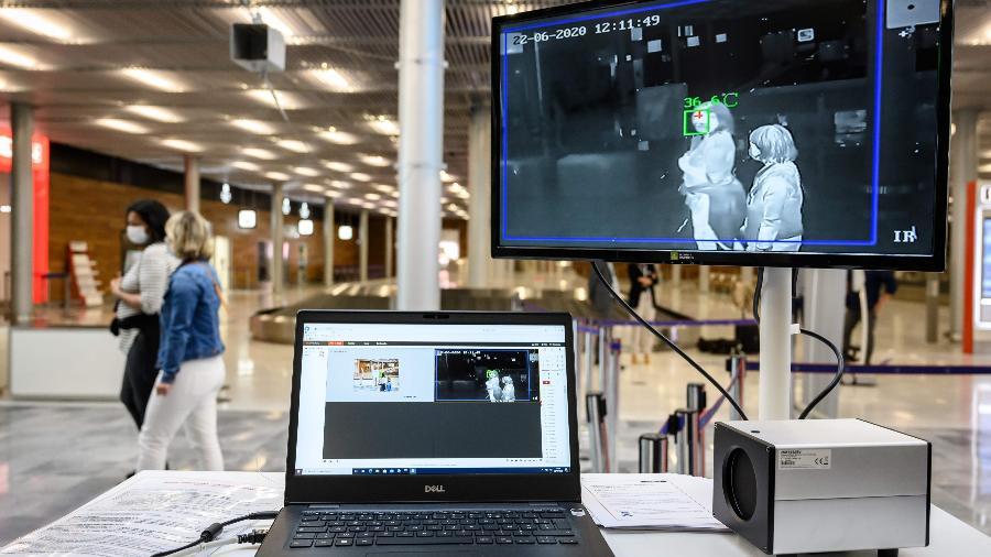 24.jun.2020 - Câmera térmica no aeroporto de Orly, localizado no sul da região parisiense, na França - BERTRAND GUAY / AFP