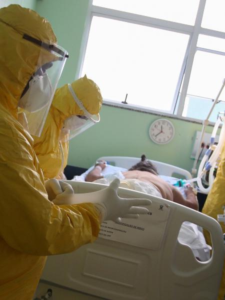 Profissionais de saúde tratam de paciente com coronavírus em hospital em Santo André (SP) - Rahel Patrasso