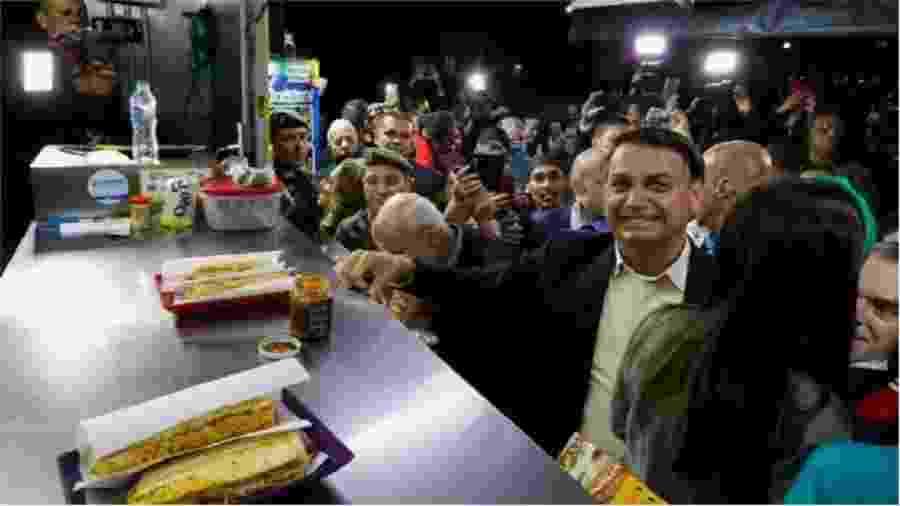 """Bolsonaro causa aglomeração de pessoas sem máscara em trailer vizinho à Escola Militar das Agulhas Negras durante visita, no dia 23 deste mês, a este ente militar de elite. Eis aí... """"Elite"""" e """"militar"""" são termos a cada dia mais antagônicos - Carolina Antunes/PR"""
