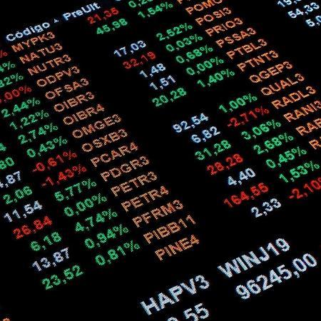 Ibovespa: painel mostra desempenho das ações da Bolsa de Valores brasileira (B3) em abril de 2019 - NurPhoto via Getty Images