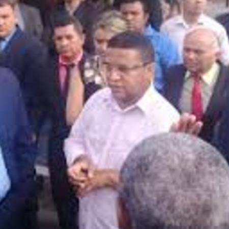 Pastor Natanael Santos (camisa branca) foi levado a delegacia por culto em rua de Coroatá (MA); juíza entendeu que pregação era feita em volume excessivo - Redes sociais/Reprodução