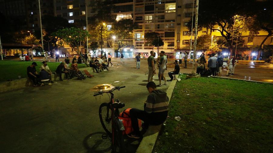 Jovens na Praça Roosevelt, região central de São Paulo, durante a noite de sexta-feira (26), início da restrição de circulação entre 23h e 5h no estado  - Nelson Antoine/Estadão Conteúdo