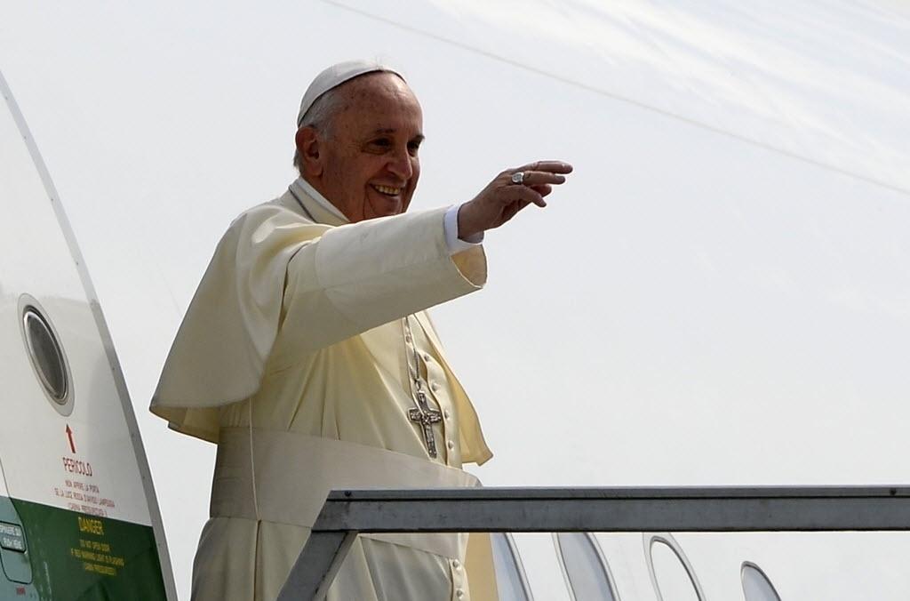 6.jul.2015 - Papa Francisco acena ao chegar na base da Força Aérea Equatoriana, em Guayaquil, para uma missa ao ar livre com a presença de mais de  um milhão de fiéis