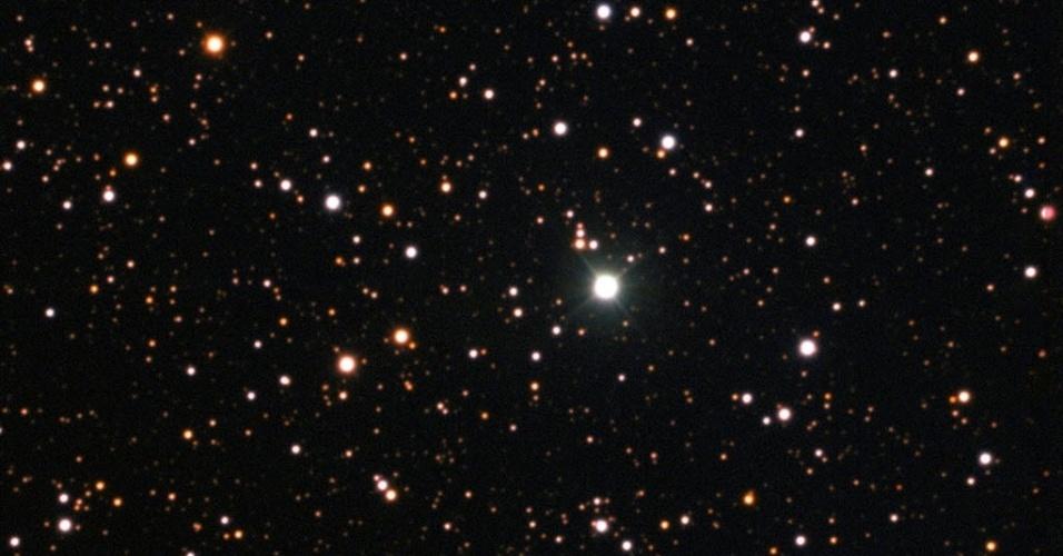 29.jul.2015 - Em imagem divulgada pelo Observatório Europeu do Sul (ESO), a estrela Nova Centauri 2013, no centro, é flagrada depois de dezoito meses do início da explosão de seu núcleo. Esta estrela foi a primeira onde cientistas encontraram evidência de lítio