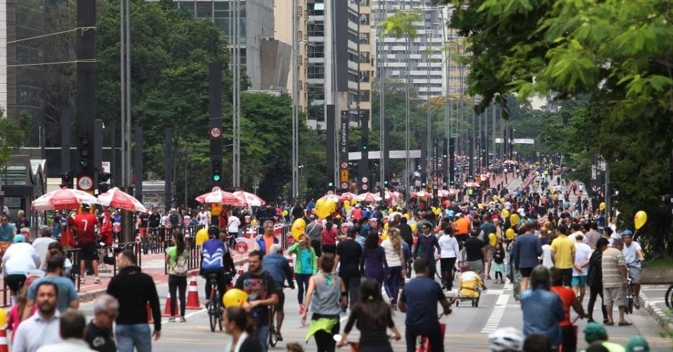 .out.2015 - Ciclistas, pedestres e skatistas aproveitam a avenida Paulista, na região central de São Paulo, aberta para lazer neste domingo (18). Depois de dois testes realizados em junho e agosto, a prefeitura decidiu fechar a via para carros aos domingos, das 9h às 17h, apesar da oposição do Ministério Público
