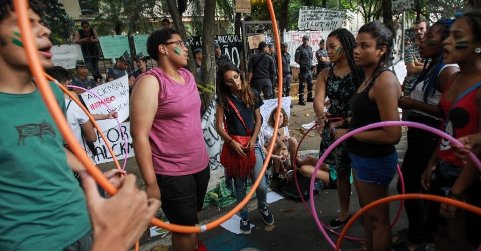 12.nov.2015 - Mnifestantes levam bambolês para o grupo que dá apoio aos estudantes que ocuparam a escola estadual Fernão Dias, na zona oeste de São Paulo. Grupo ocupa escola desde dia 10
