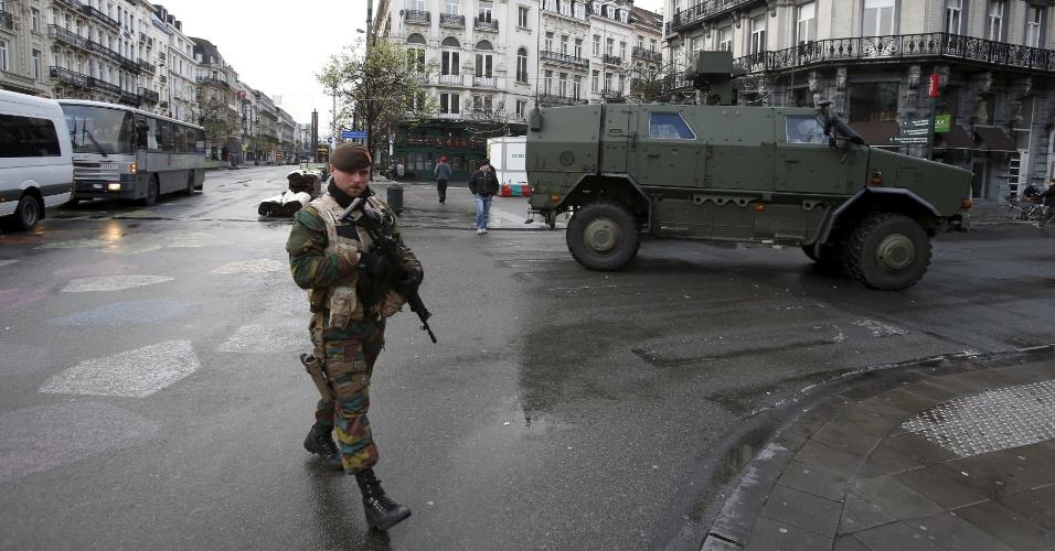 22.nov.2015 - Soldados belgas fazem mais um dia de patrulha, neste domingo (22), no centro da capital do país, Bruxelas. O nível de alerta para ataques terroristas na região continua no nível máximo