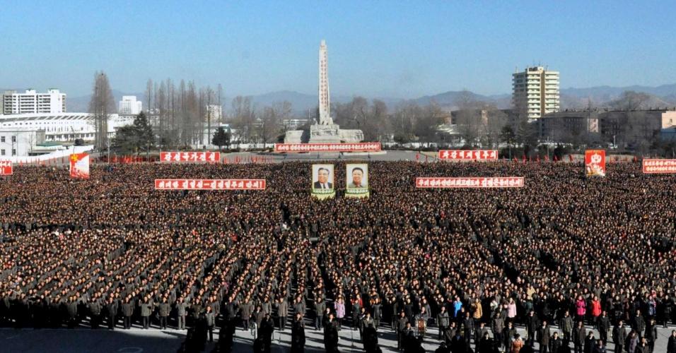 8.jan.2016 - Multidão participa de manifestações massivas, realizadas em todo o país, em Pyongyang, na Coreia do Norte, prometendo realizar tarefas estabelecidas pelo líder norte-coreano Kim Jong-um, em foto divulgada pela agencia oficial de notícias do país
