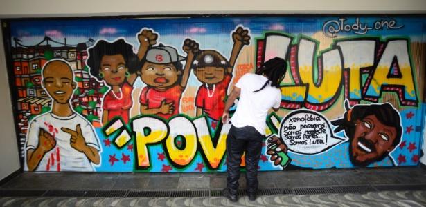 Grafite cobre pichação na porta do Instituto Lula - Cris Faga/Foz Press Photo/Estadão Conteúdo