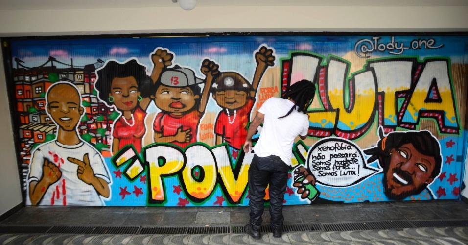 """5.mar.2016 - O Instituto Lula divulgou neste sábado, em seu Facebook, que o grafiteiro Tody One produziu um desenho na porta da garagem da entidade, que havia sido pichada na madrugada. O local amanheceu com mensagens agressivas contra o ex-presidente Luiz Inácio Lula da Silva: """"Luladrão"""", """"basta de corrupção"""" e """"sua hora chegou corrupto"""""""