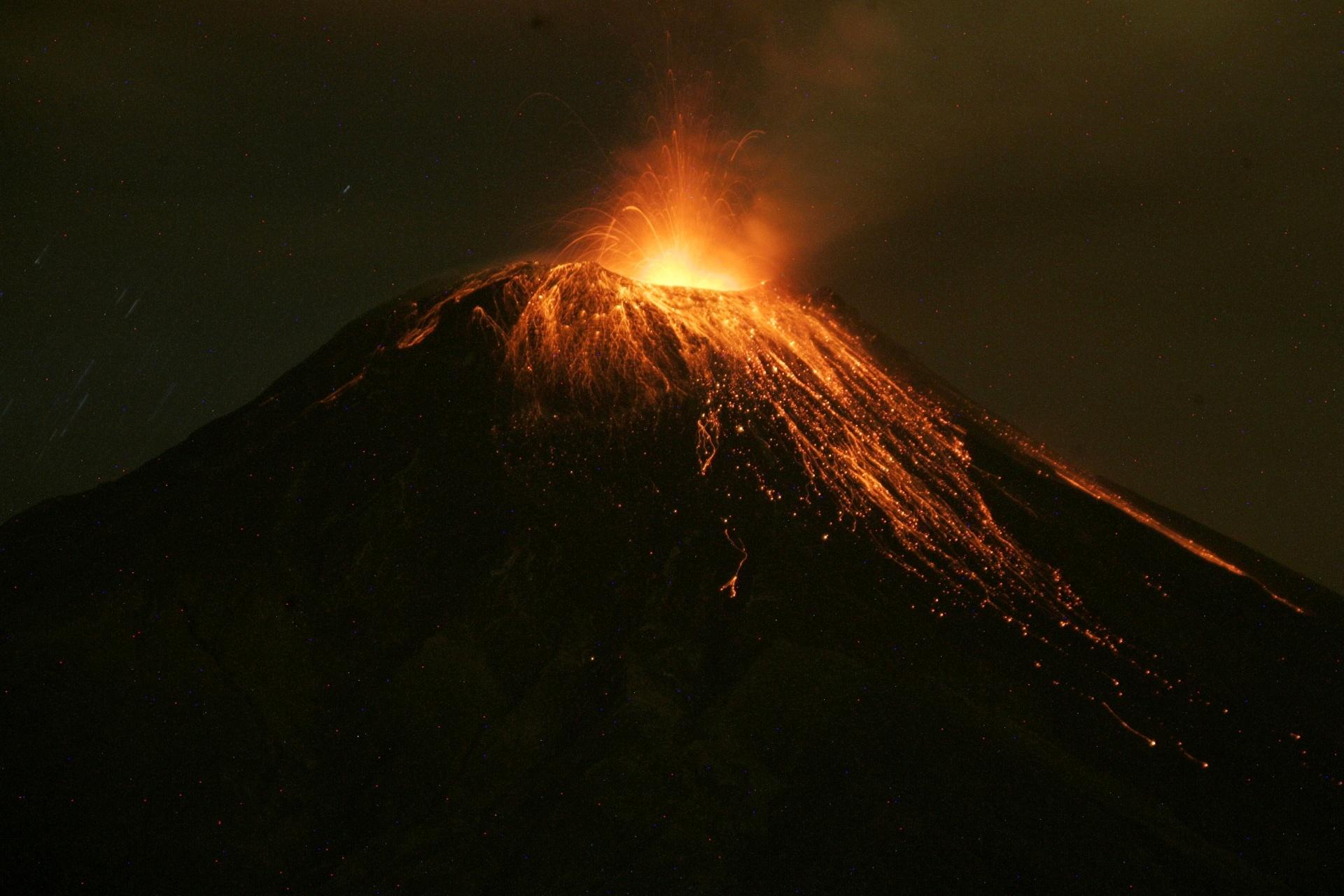 6.mar.2016 - O vulcão Tungurahua lança fumaça, cinzas e magma próximo à cidade equatoriana de Banos