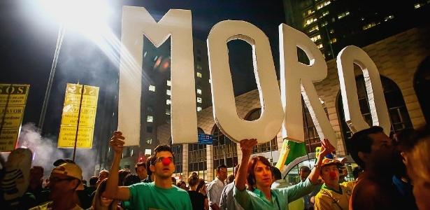17.mar.2016 - As letras que formam o sobrenome do juiz federal Sérgio Moro são erguidas por manifestantes durante ato em São Paulo