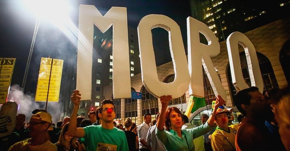 17.mar.2016 - As letras que formam o sobrenome do juiz federal Sérgio Moro são erguidas por manifestantes durante ato que pede a renúncia da presidente Dilma Rousseff e protesta contra nomeação do ex-presidente Luiz Inácio Lula da Silva como ministro-chefe da Casa Civil, na avenida Paulista, em São Paulo