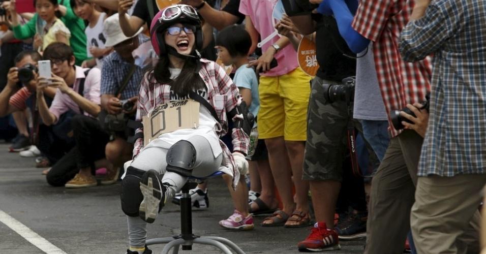 24.abr.2016 - Sebo nas canelas! Foi preciso muita força nessa parte do corpo para conseguir deslocar as cadeiras de escritório durante o ISU-1 Grand Prix, em Tainan, sul de Taiwan, na China