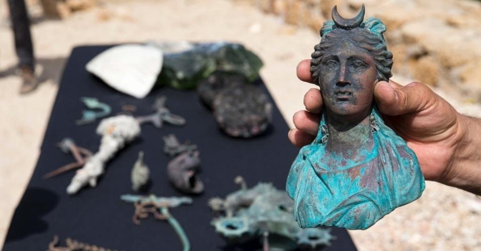 16.mai.2016 - Artefatos de um navio mercante que afundou ao largo do antigo porto da Cesareia, no Mediterrâneo, há 1.600 anos, durante o período Romano, são apresentados à imprensa por autoridades israelenses. Elas afirmaram que os restos do navio estavam