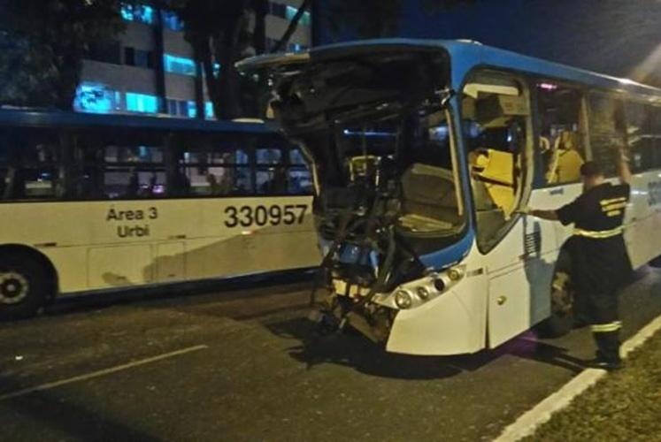 29.mai.2016 - Um ônibus bateu em outro e provocou um engavetamento com outros três carros que estavam à frente no final da tarde deste domingo em Brasília. Pelo menos 19 pessoas ficaram feridas no acidente, sendo que duas delas, incluindo o motorista do ônibus que provocou o acidente, estão em estado grave